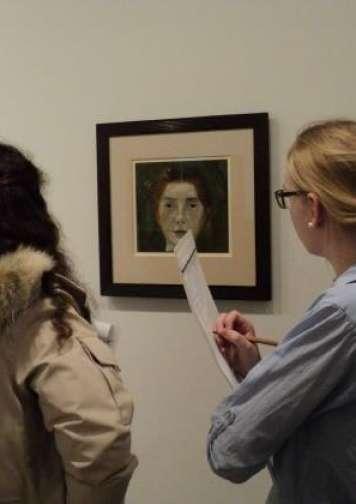 Foto: 8. klasse, Kokkedal Skole undersøger selvportrætter.